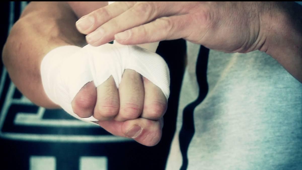 El vendaje de boxeo para entrenar