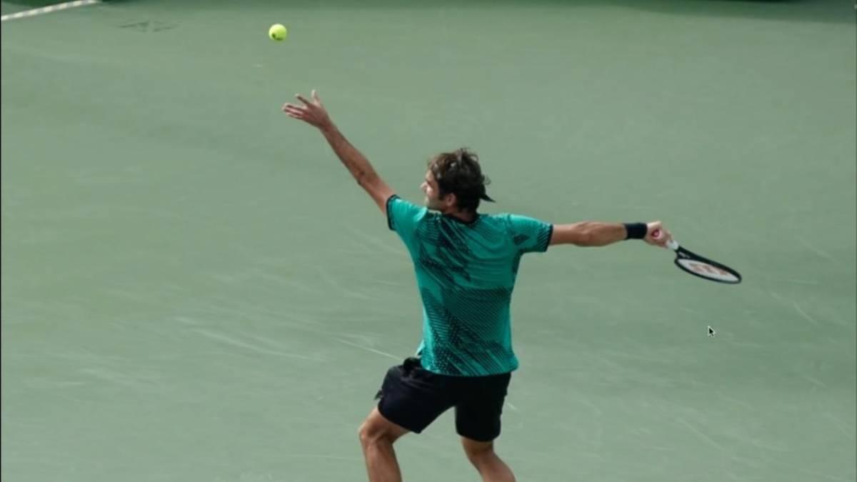 El lanzamiento de la bola determina tu servicio en el tenis
