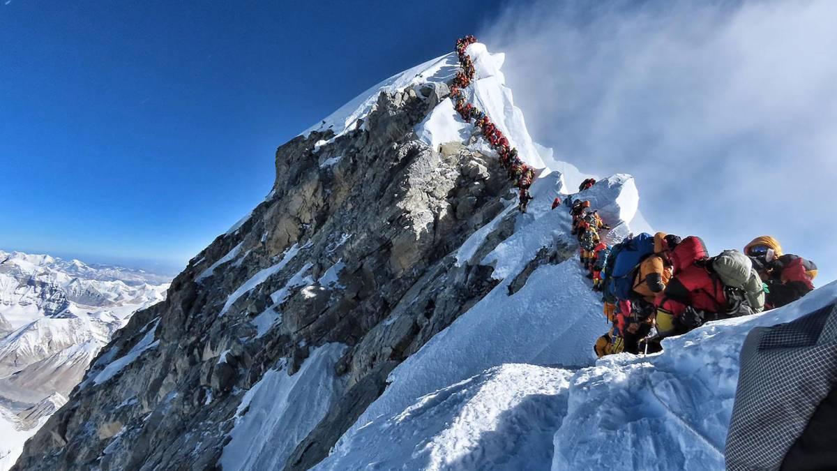 El Everest se desatasca