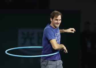 Federer, relajado a defender el título moviendo el 'hula hoop'