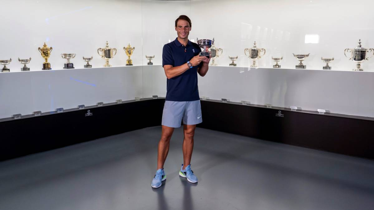 Nadal-brings-the-Roland-Garros-trophy-to-his-Academy