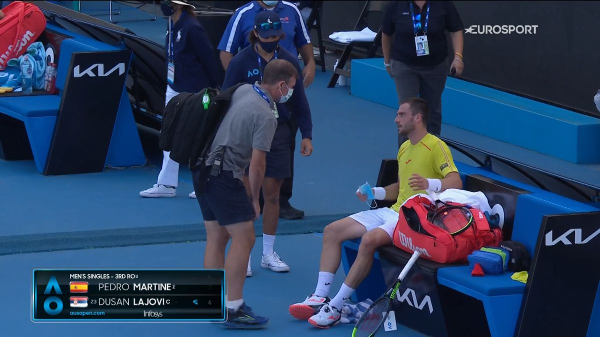 Pedro-Martínez-falls-with-pain-and-honor-against-Lajovic