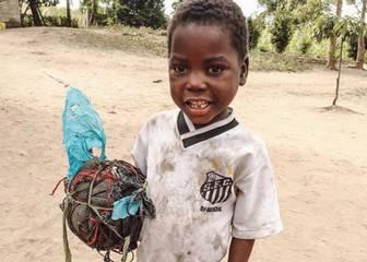 Este niño africano con la camiseta del Santos ablanda el corazon del equipo