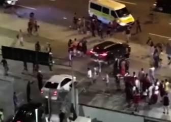 Hinchas de Flamengo patean los coches de los jugadores