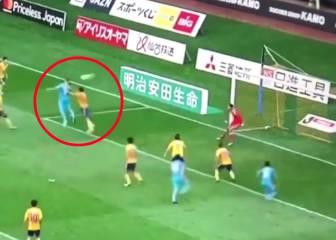 Ni el empujón evita su golazo: Torres y la 'peinada' de espaldas directa a la escuadra